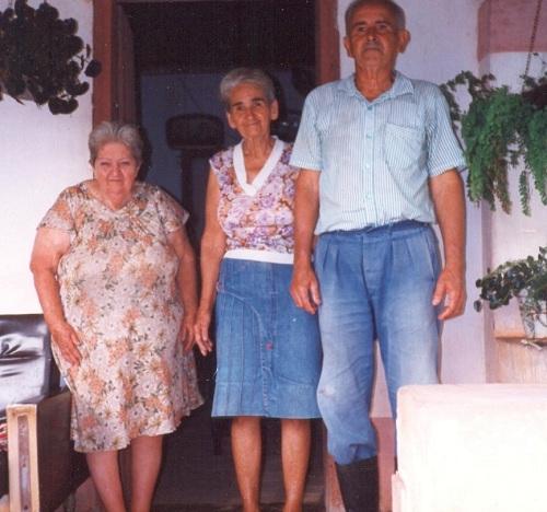 As tias Maria e Joaquina (a do meio) e o tio Nego, no sítio há uns vinte e poucos anos
