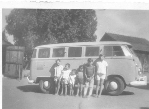 A velha Kombi azul em foto em preto e branco de data incerta, entre fim da década de 1960 e começo da de 1970, com vários moleques, entre os quais eu (o segundo da esquerda para a direita)