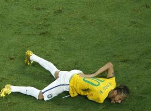 Neymar caído após levar joelhada nas costas durante jogo da Copa do Mundo (Foto: FABRIZIO BENSCH / AFP)