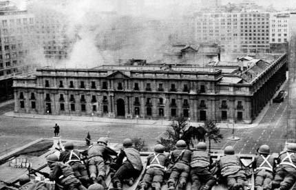 O Palácio La Moneda é atacado em 1973